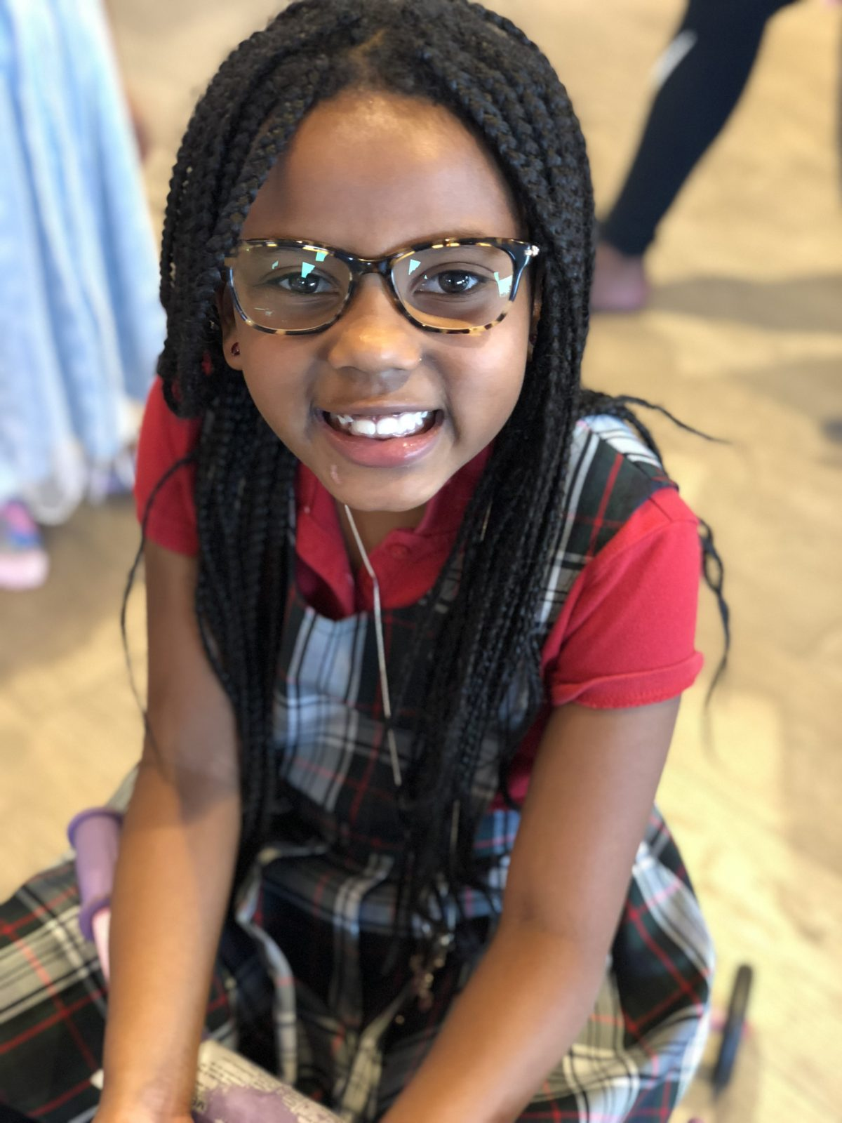 My daughter wearing glasses is so natural.